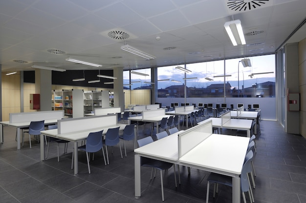 Photo d'une grande bibliothèque moderne d'université ou d'un autre établissement d'enseignement