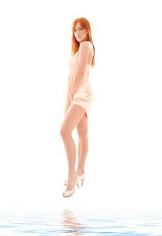 Photo de grande femme rousse sur blanc