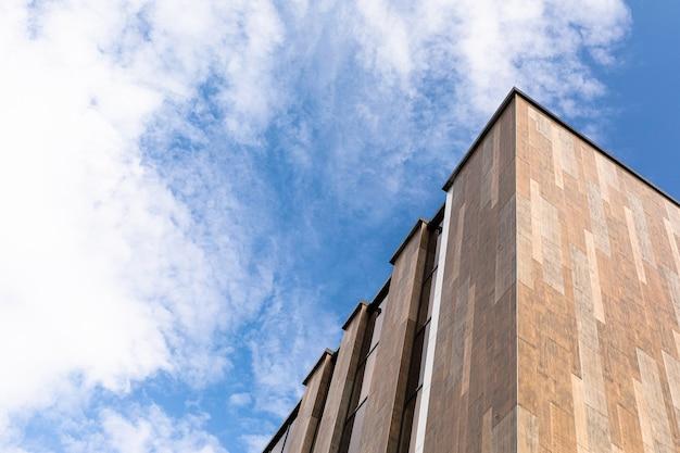 Photo d'une grande et haute maison grise contre le ciel