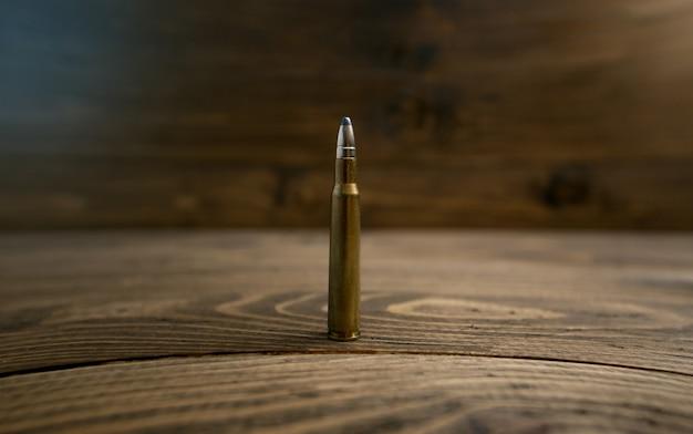 Photo gros plan d'une balle debout sur un vieux bureau en bois