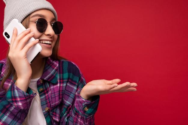 Photo gros plan de la belle jeune femme blonde positive émotionnelle portant chemise violette hipster