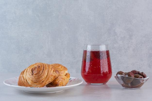 La photo en gros plan de biscuits frais avec du jus et des boules de chocolat sur fond gris
