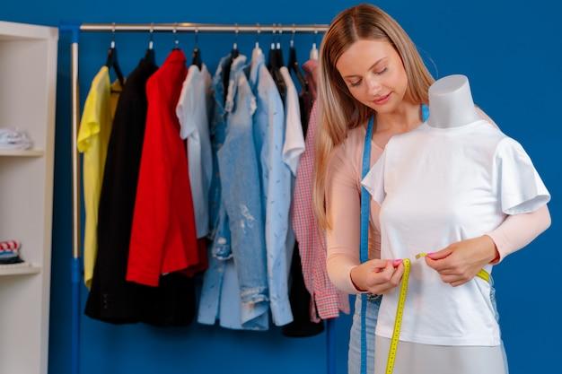 La photo en gros plan d'une couturière au travail