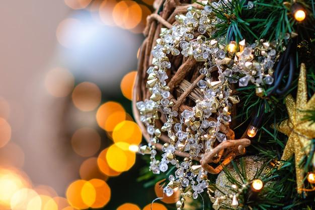Photo gros plan. décorations et lumières de noël.