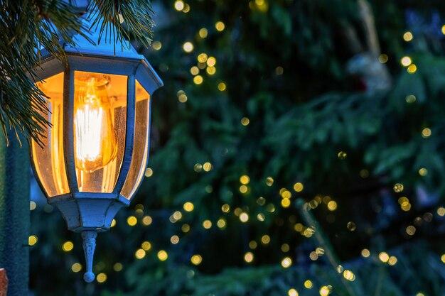 Photo gros plan. décorations de noël, lanternes et lumières.
