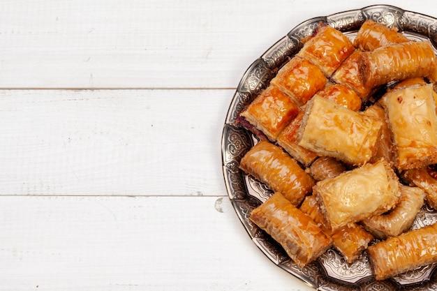 La photo en gros plan de délicieux baklava turc servi sur une plaque