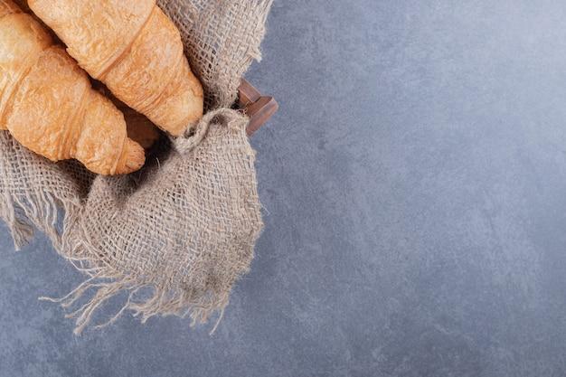La photo en gros plan de deux croissants français fraîchement sortis du four.