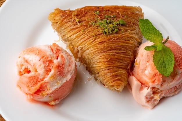 La photo en gros plan du baklava turc servi avec de la crème glacée
