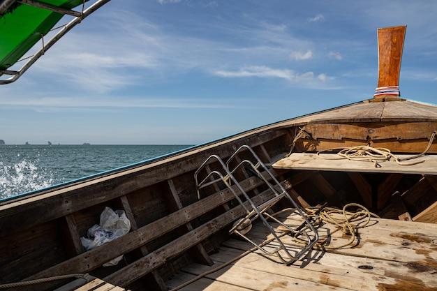 La photo en gros plan du bateau en bois pendant la pêche