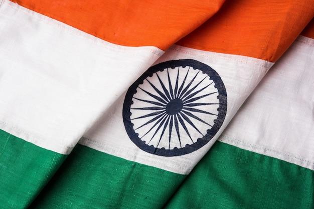 Photo en gros plan du drapeau indien composé de coton pur ou de khadi, montrant la texture et les plis, mise au point sélective