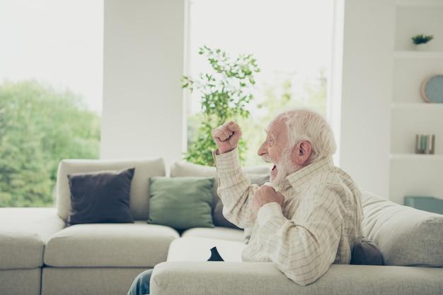 Photo en gros plan du grand-père aux cheveux gris