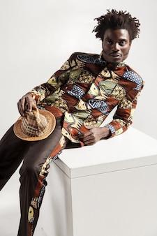 Photo gros plan du mannequin africain de mode en vêtements traditionnels