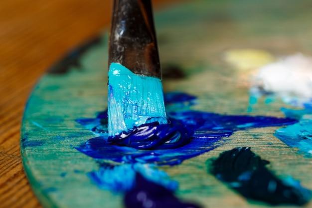 La photo en gros plan du mélange de peintures à l'huile sur palette