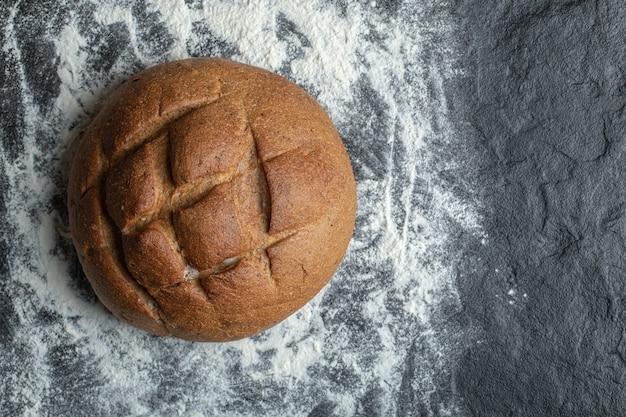 La photo en gros plan du pain de seigle. sur farine.