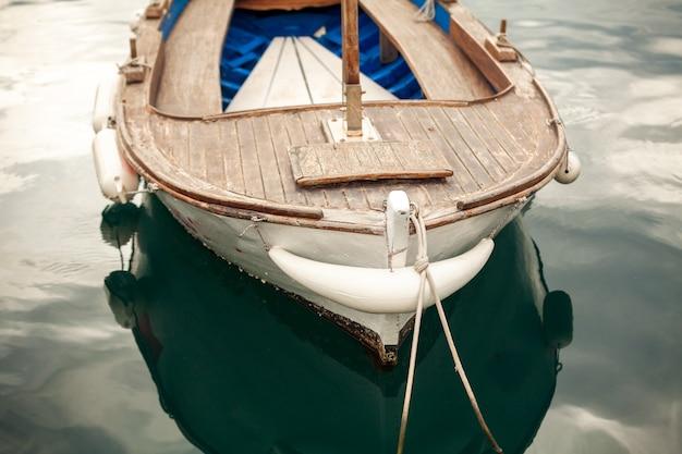 Photo gros plan du vieux bateau en bois blanc amarré