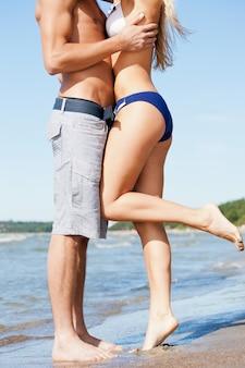 Photo gros plan d'embrasser l'homme et la femme