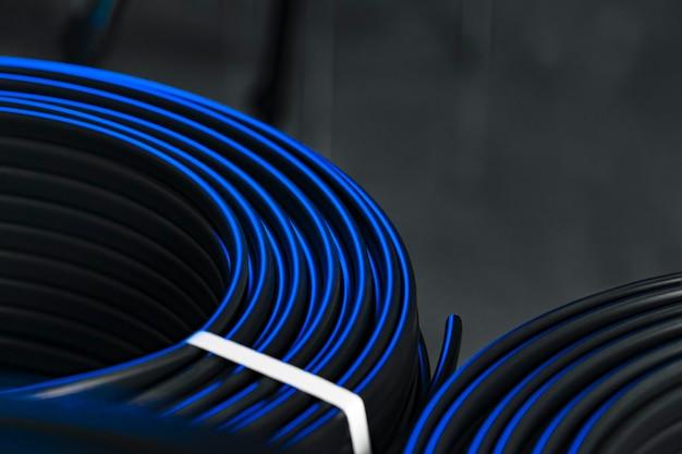 La photo en gros plan des enrouleurs de câbles électriques noirs