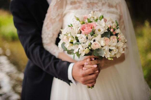 La photo en gros plan d'un époux embrassant une mariée