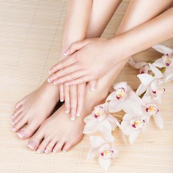 Photo gros plan d'une femme pieds au salon spa sur la procédure de pédicure et de manucure - image flou