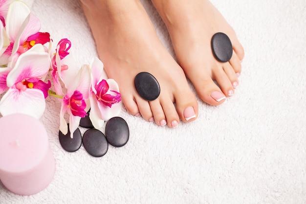 Photo gros plan d'une femme pieds au salon spa sur la procédure de pédicure.