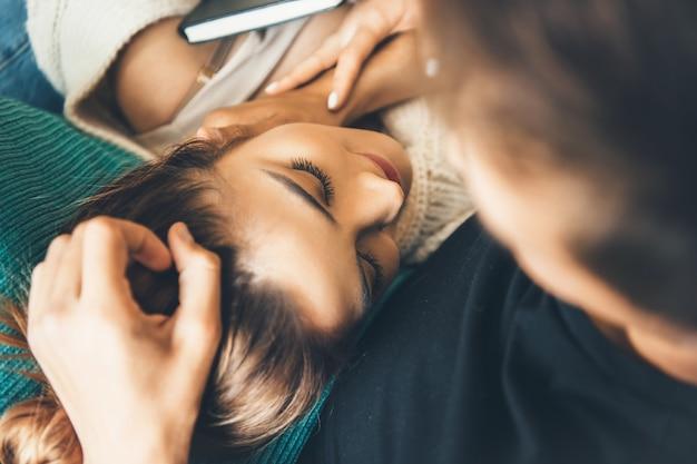 La photo en gros plan d'une femme de race blanche aux cheveux bruns couchée sur son petit ami
