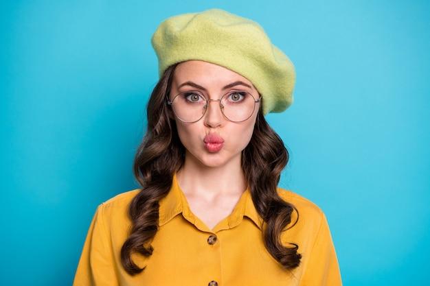 La photo en gros plan d'une fille drôle et insouciante profite de la date du 14 février pour faire un petit ami funky air kiss porter des vêtements de bonne apparence isolés sur fond de couleur bleu