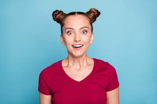 La photo en gros plan d'une fille funky drôle positive regarder entendre écouter de merveilleuses nouvelles nouveauté promo sur les ventes hurler wow omg porter des vêtements bordeaux isolés sur un mur de couleur bleue