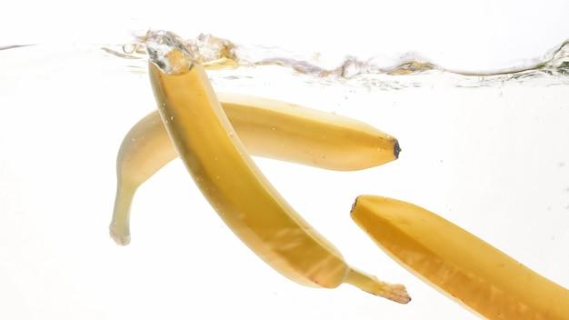 Photo gros plan de fruits mûrs frais tombant dans l'eau
