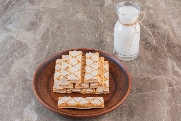 La photo en gros plan de gaufres maison avec du lait sur fond gris.