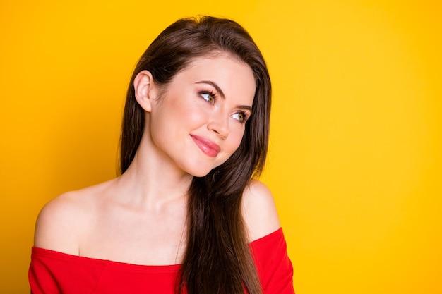 Photo en gros plan d'une jolie charmante adorable jeune fille au look rêveur imaginant des vacances pays exotiques porter une chemise épaules découvertes isolées fond de couleur jaune vif