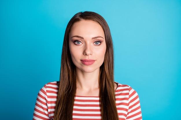 La photo en gros plan d'une jolie fille à huis clos concentré porter un pull de style décontracté isolé sur fond de couleur bleu