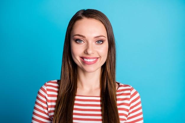 La photo en gros plan d'une jolie fille séduisante a l'air de bonne humeur sourire à pleines dents porter des vêtements de style décontracté pull isolé sur fond de couleur bleu
