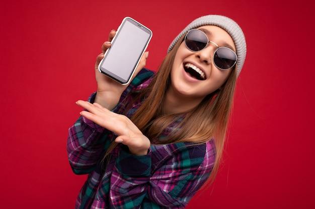 Photo gros plan d'une jolie jeune femme blonde positive étonnée portant une chemise violette élégante et