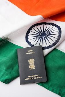 Photo gros plan montrant le passeport placé sur le drapeau indien. mise au point sélective
