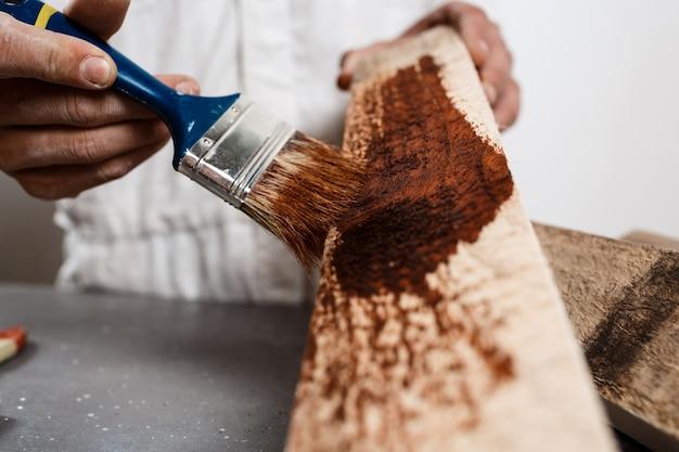 La photo en gros plan de la peinture sur bois de couleur brune.
