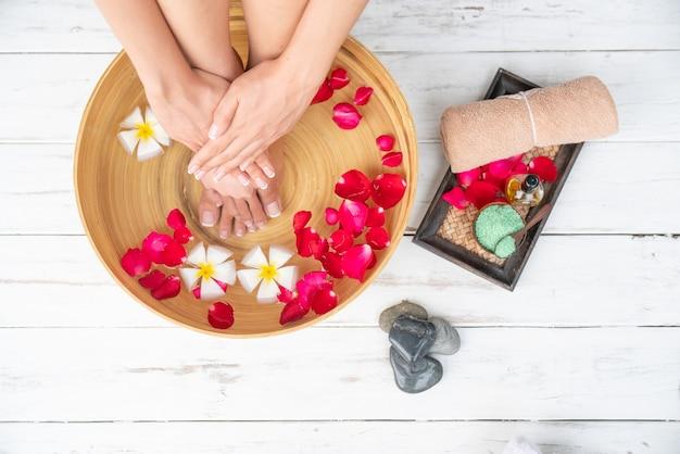Photo de gros plan d'un pieds féminins au salon de spa sur la procédure de pédicure