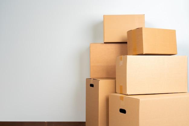 La photo en gros plan d'une pile de boîtes de déménagement