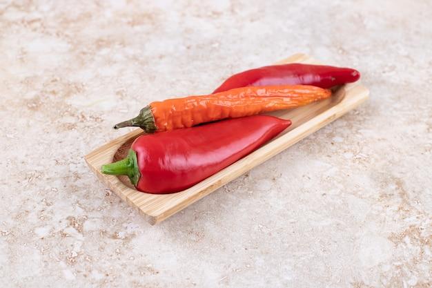 La photo en gros plan de poivrons rouges mûrs