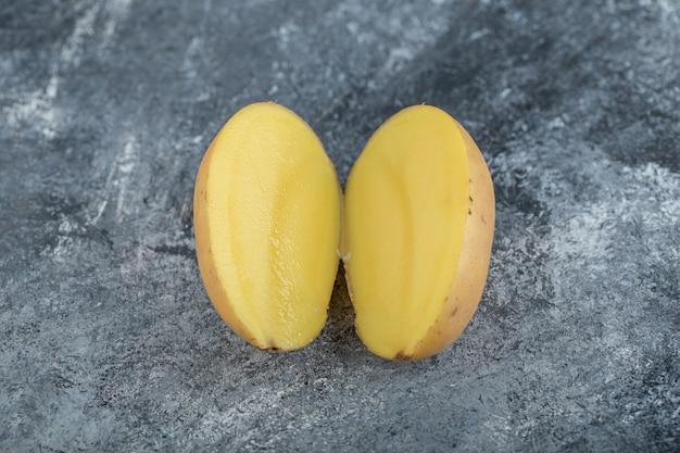 La photo en gros plan de pommes de terre coupées à moitié bio. photo de haute qualité