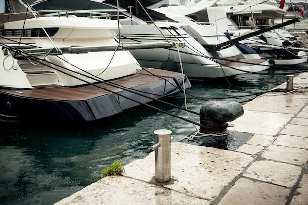 Photo gros plan de la rangée de yachts amarrés au jour de pluie