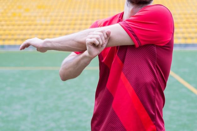 Photo en gros plan recadrée d'un gars actif s'entraînant avant le match