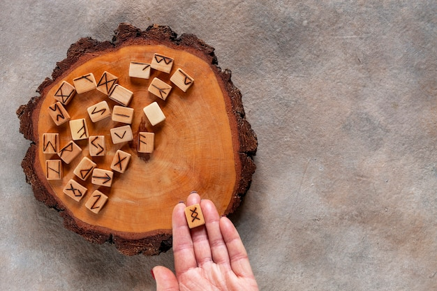 Photo en gros plan de runes, révélation de fortune, symboles magiques. alphabet ancien scandinave fait main en bois