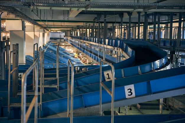 Photo en gros plan des sections numérotées du système de tri et de traitement des bagages de l'aéroport