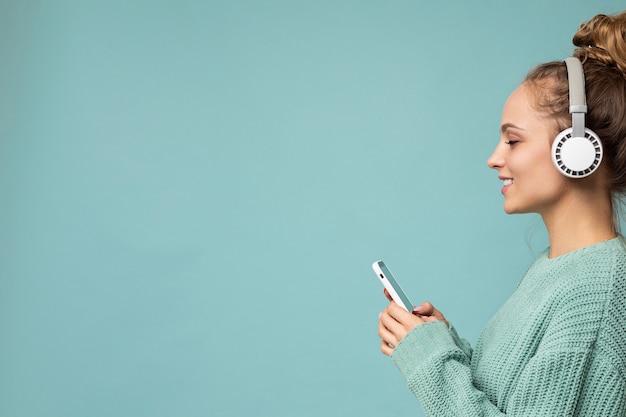 Photo gros plan sideptofile de belle jeune femme portant une tenue décontractée élégante isolée sur