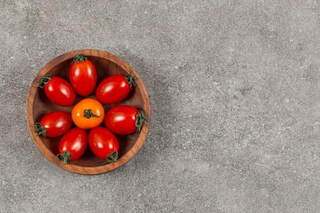 La photo en gros plan de tomates cerises dans un bol.