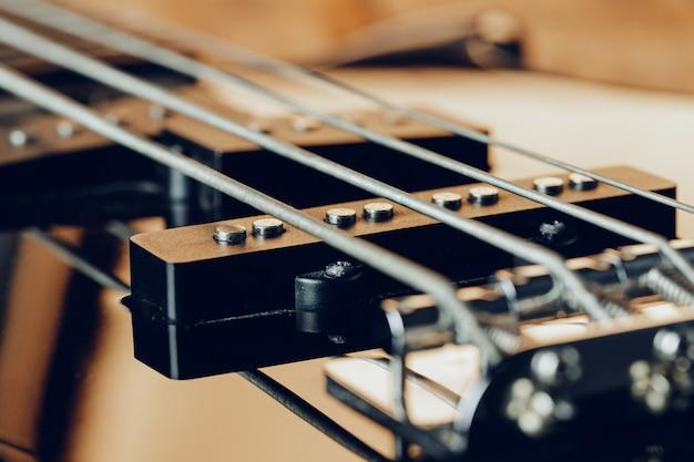 La photo en gros plan de la touche de guitare électrique sur fond sombre