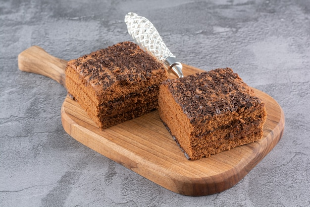 La photo en gros plan de tranches de gâteau frais sur planche de bois.