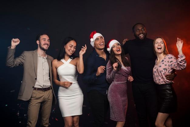 Photo de groupe d'amis au nouvel an