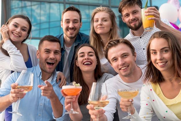 Photo de groupe d'amis lors d'une fête