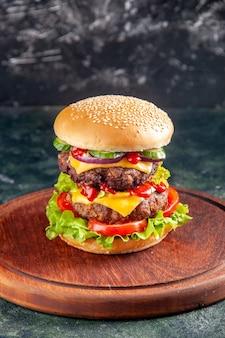 Photo haute résolution d'un délicieux sandwich sur une planche de bois sur une surface de couleur sombre